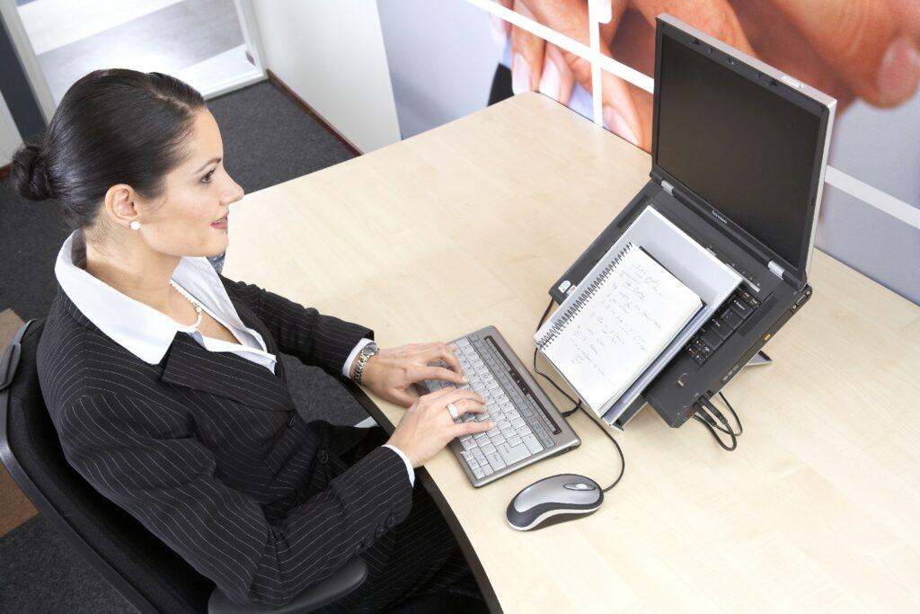 Laptopstandaard en losse muis en toetsenbord