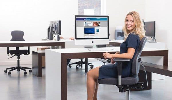 Zitten op de ergonomische bureaustoel Nuance speciaal voor vrouwen