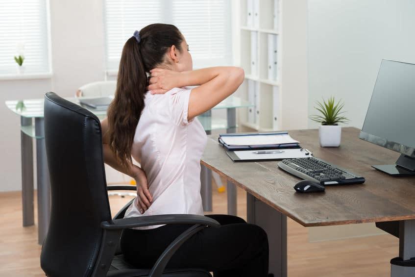 vrouw op een slechte ergonomische bureaustoel